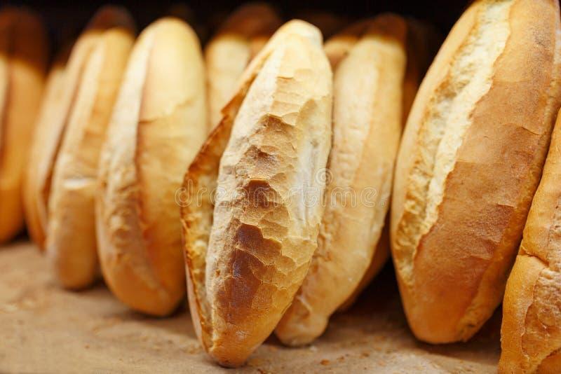 Zoet gebakken geurig en knapperig brood van de bakkerij ligt op de balie en wordt op de balie opgeslagen voor verkoop royalty-vrije stock foto's