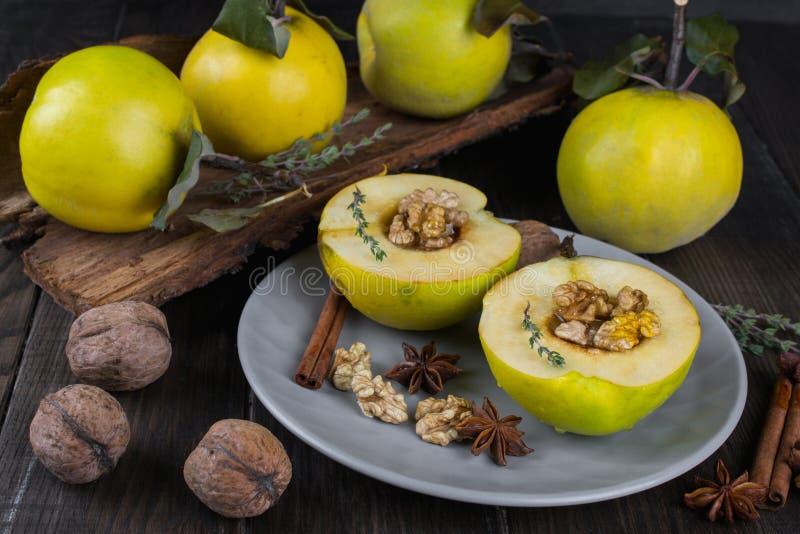 Zoet Gezond Dessert Fruitkweepeer met honing, stock foto