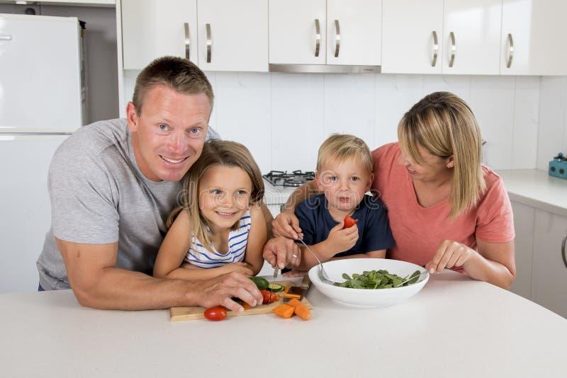 Zoet het houden van familieportret met echtgenoot en vrouw die weinig dochter stellen samen voor modern huis het mooi houden stock foto's