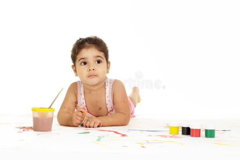 Zoet jong meisje het schilderen beeld op witte achtergrond royalty-vrije stock afbeelding
