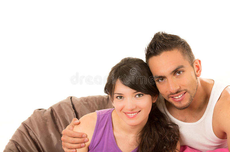 Zoet Latijns paar die dragend hun pijamas glimlachen stock foto's