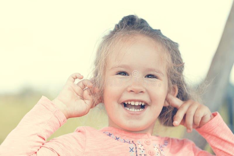 Zoet leuk meisje in openlucht met geopend mond in openlucht portret royalty-vrije stock foto's