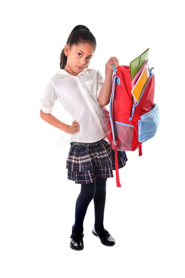 Zoet meisje die zeer zwaar rugzak of schooltashoogtepunt van schoolmateriaal dragen royalty-vrije stock foto's