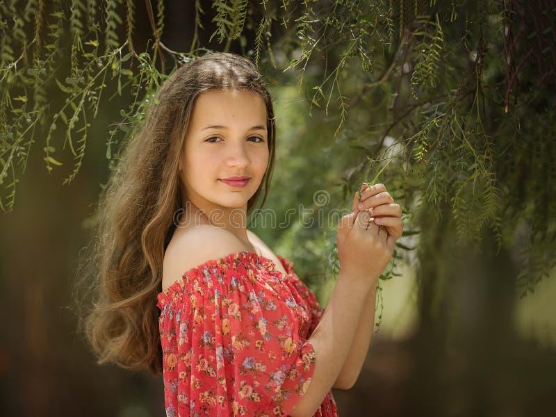 Zoet meisje in openlucht met krullend haar in de wind royalty-vrije stock foto's