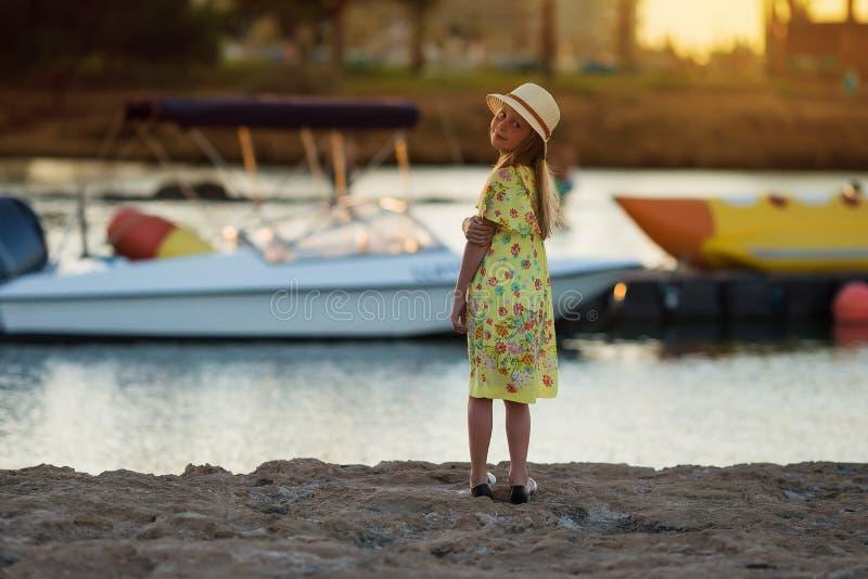 Zoet mooi meisje van het overzees bij zonsondergang stock afbeeldingen