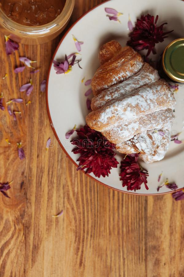 Zoet ontbijt met pindakaas stock foto's