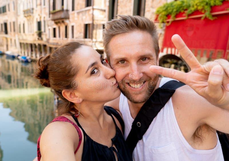 Zoet paar in liefde die een selfie in Venetië Italië nemen terwijl het reizen rond Europa stock afbeeldingen