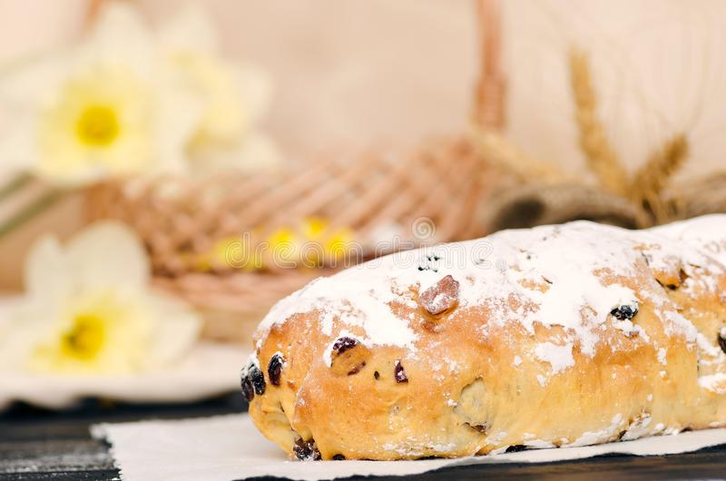 Zoet Pasen-brood met marsepein, gekonfijte vruchten, noten royalty-vrije stock afbeelding