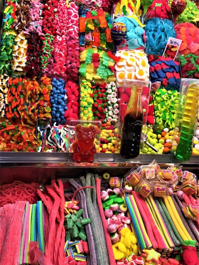 Zoet suikergoed en kleuren in Boqueria-Markt, Barcelona, Spanje stock foto