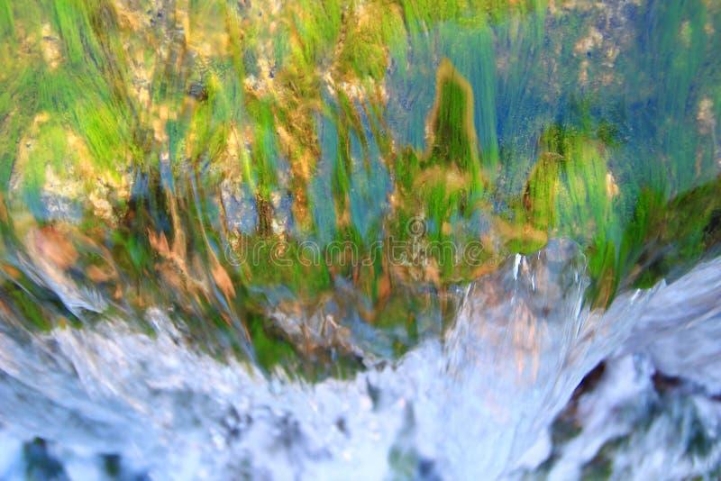 Zoet water het bespatten op waterval royalty-vrije stock foto