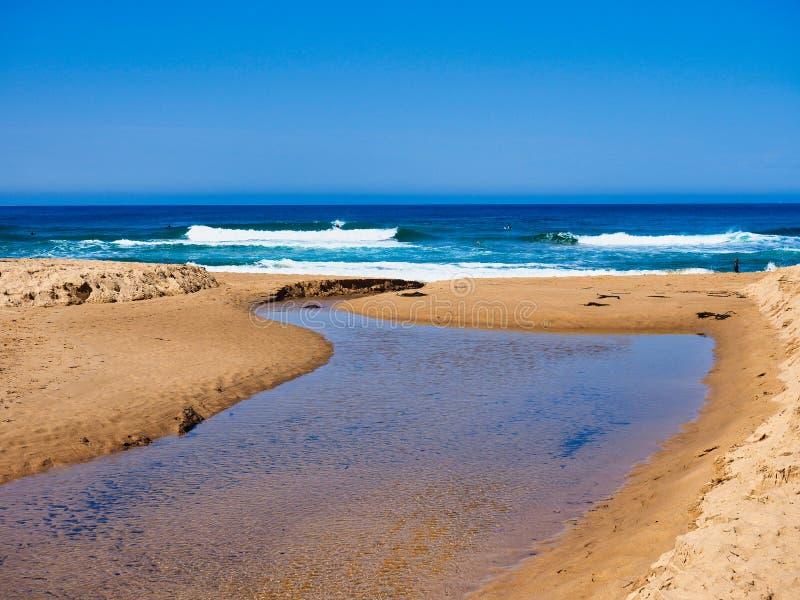 Zoet waterkreek die in Vreedzame Oceaan, Australië stromen royalty-vrije stock foto's