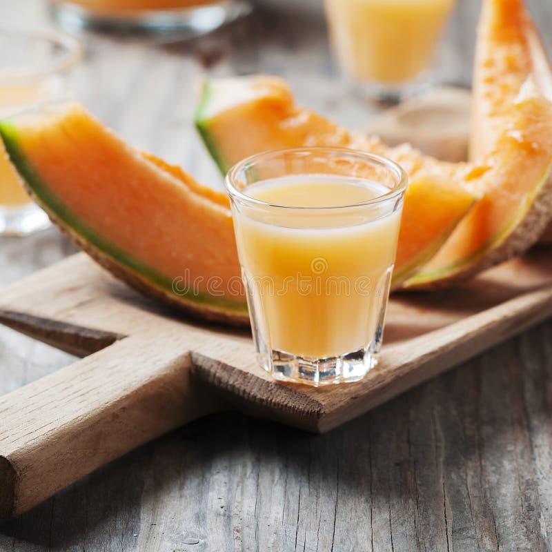 Zoete alcoholische likeur met meloen stock afbeeldingen