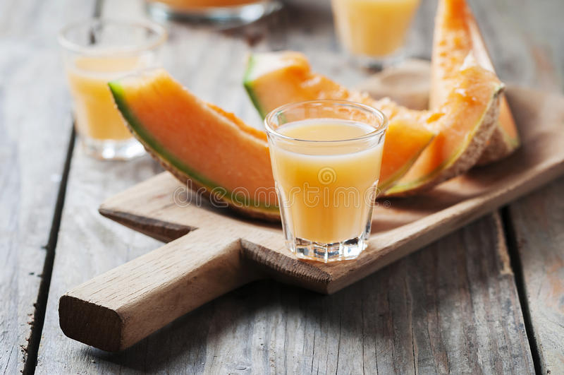 Zoete alcoholische likeur met meloen stock foto