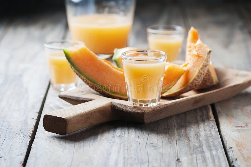 Zoete alcoholische likeur met meloen stock fotografie