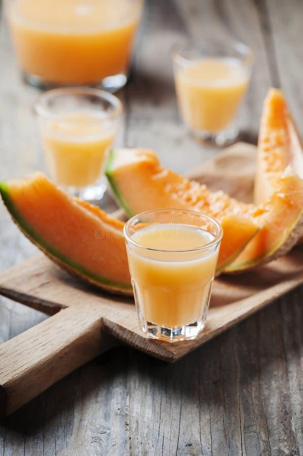 Zoete alcoholische likeur met meloen stock afbeelding