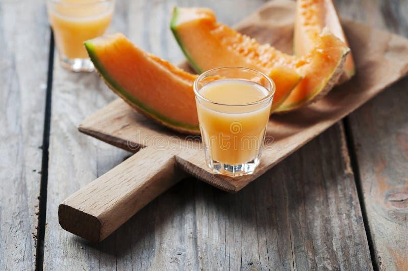 Zoete alcoholische likeur met meloen stock foto's