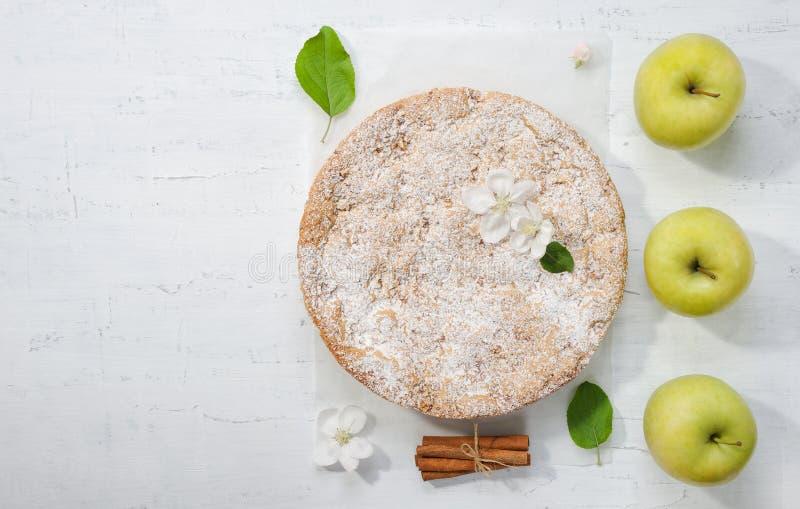 Zoete appelcake op de grijze achtergrond royalty-vrije stock foto