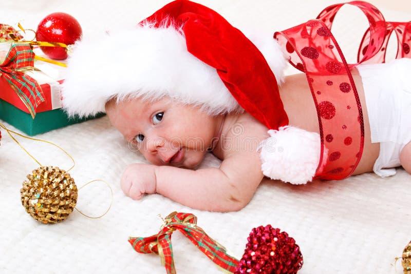 Zoete baby in de hoed van Kerstmis stock foto's