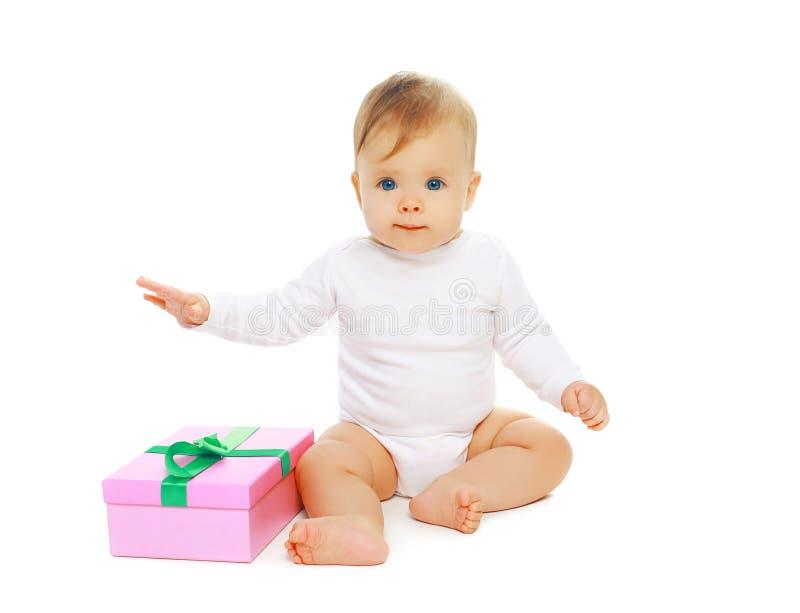 Zoete babyzitting met giftdoos stock fotografie