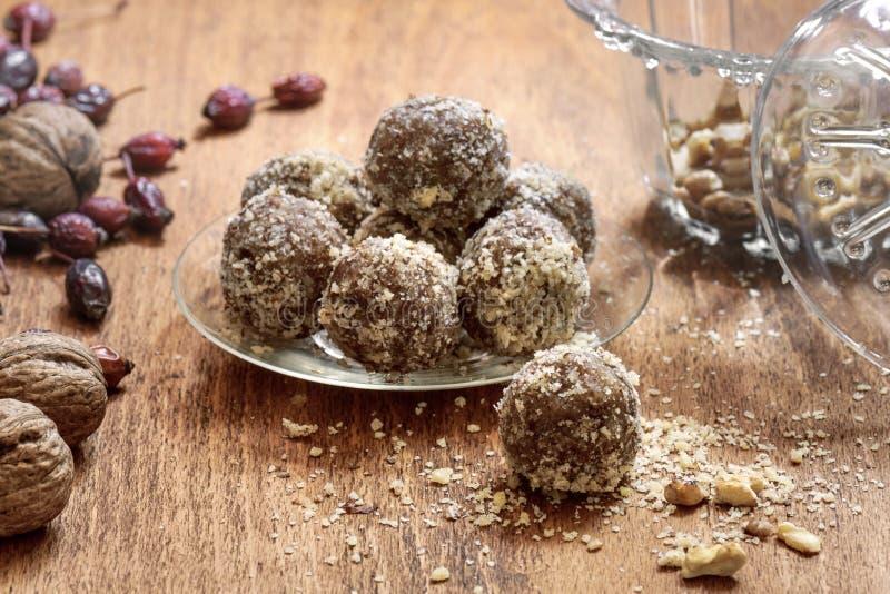 Zoete ballen met droge vruchten en noten stock foto