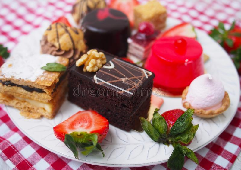 Zoete bar op de zomerochtend Laagcakes met eiwitroom en verse kers en bessen op een cake stock afbeelding