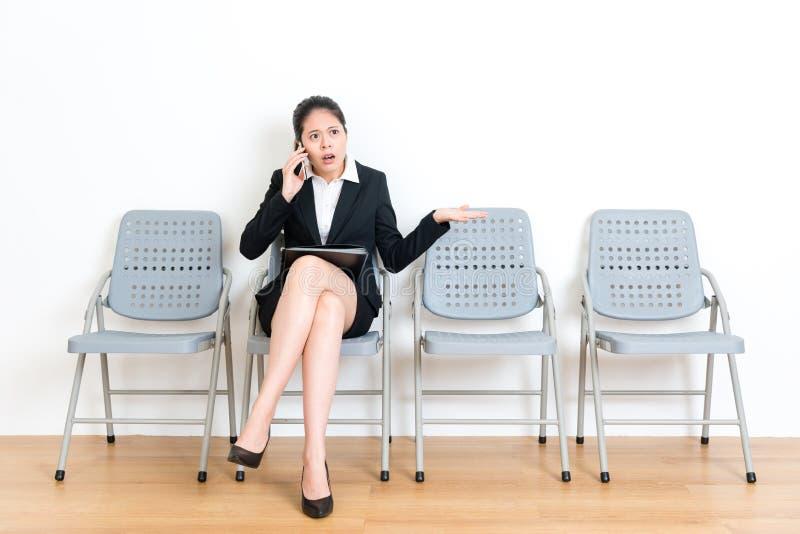 Zoete bedrijfsvrouw die met mobiele telefoon roepen royalty-vrije stock foto's