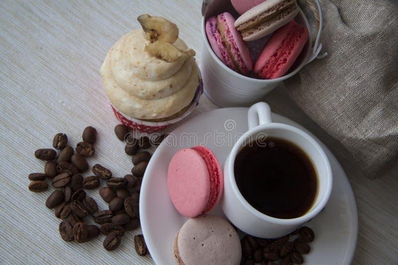 Zoete buttercream cupcake en koffie op geruit tafelkleed royalty-vrije stock fotografie