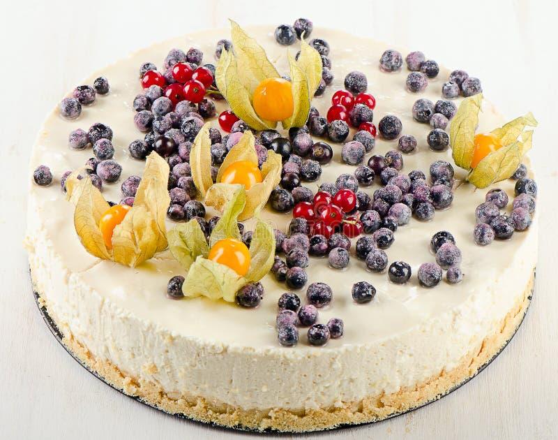 Zoete Cake met roomkaas en verse bessen stock afbeelding