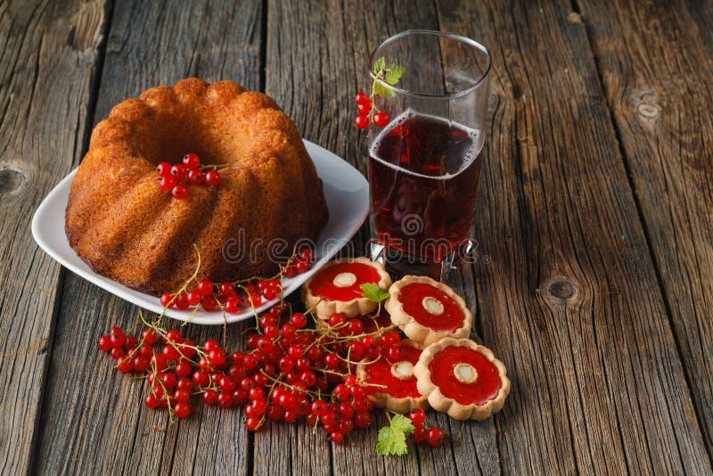 Zoete Cake met verse bessen op houten achtergrond Hoogste mening royalty-vrije stock afbeelding