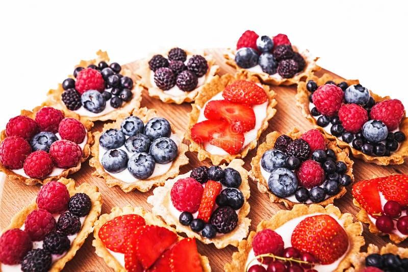 Zoete cakes met bessen stock foto's