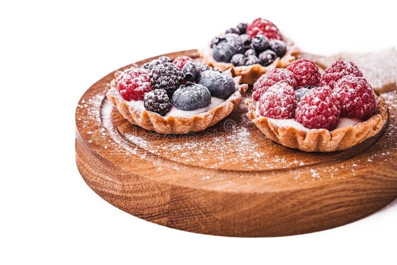 Zoete cakes met bessen stock afbeelding