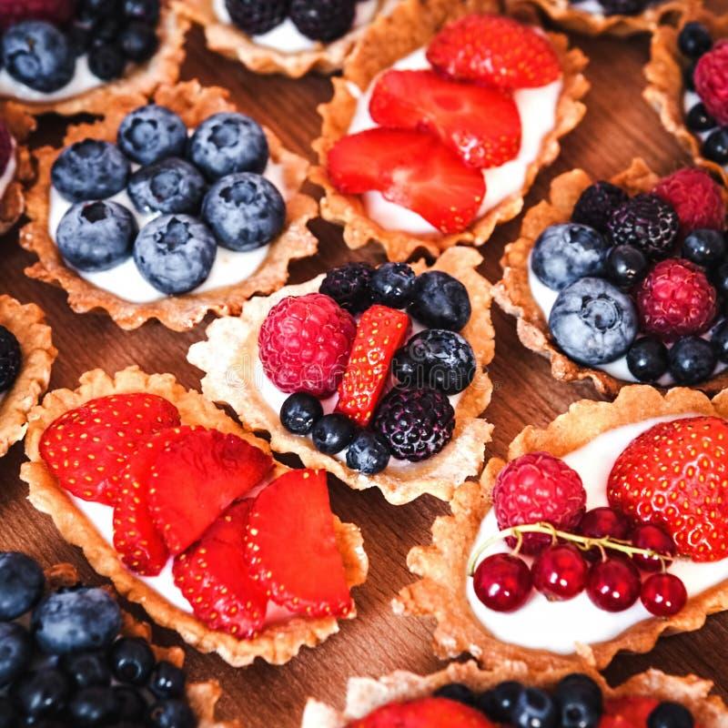 Zoete cakes met bessen royalty-vrije stock fotografie