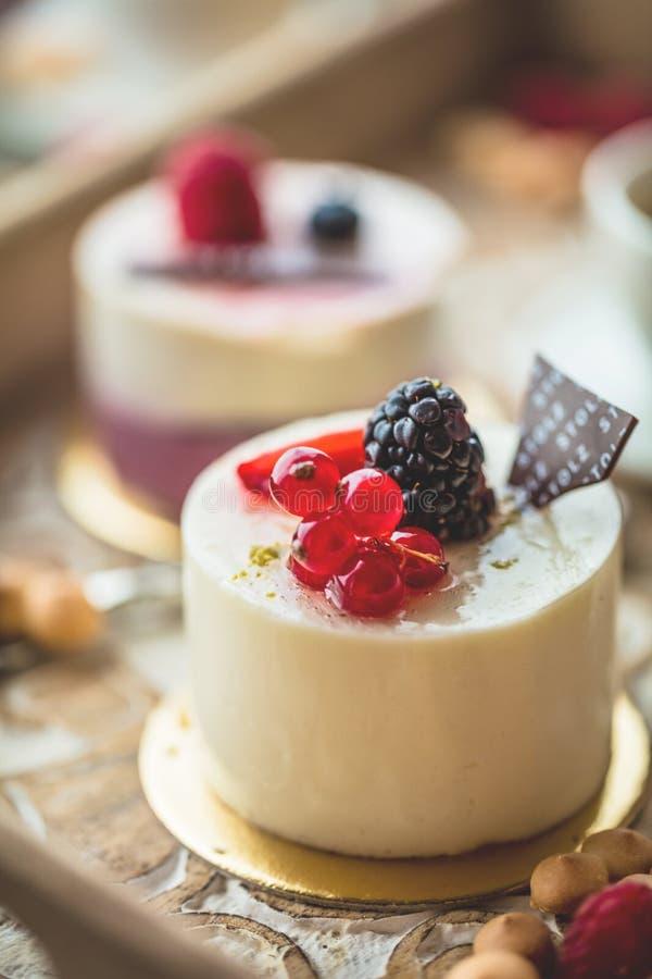 Zoete cakes met bessen op lijstclose-up met kop van espresso stock foto's