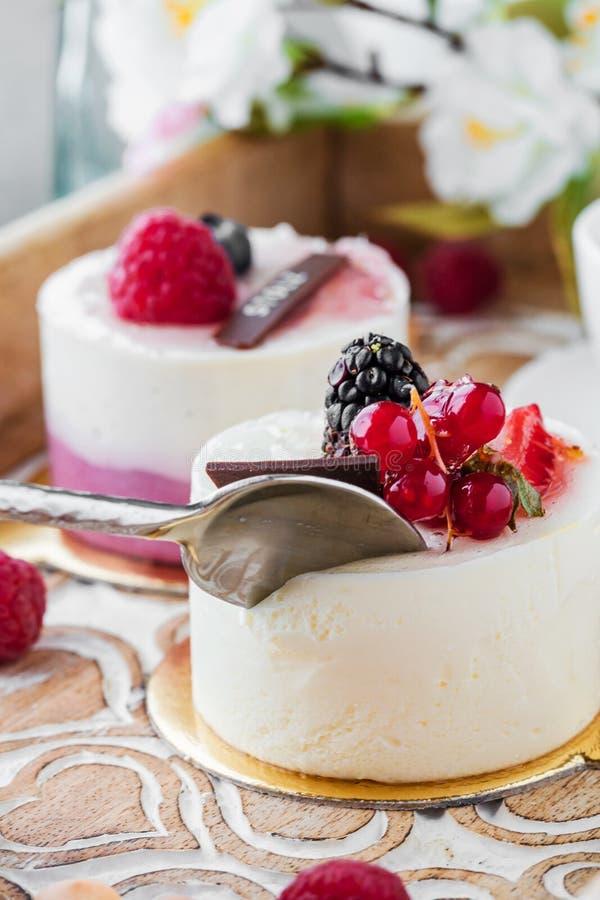 Zoete cakes met bessen op lijstclose-up met kop van espresso royalty-vrije stock afbeeldingen