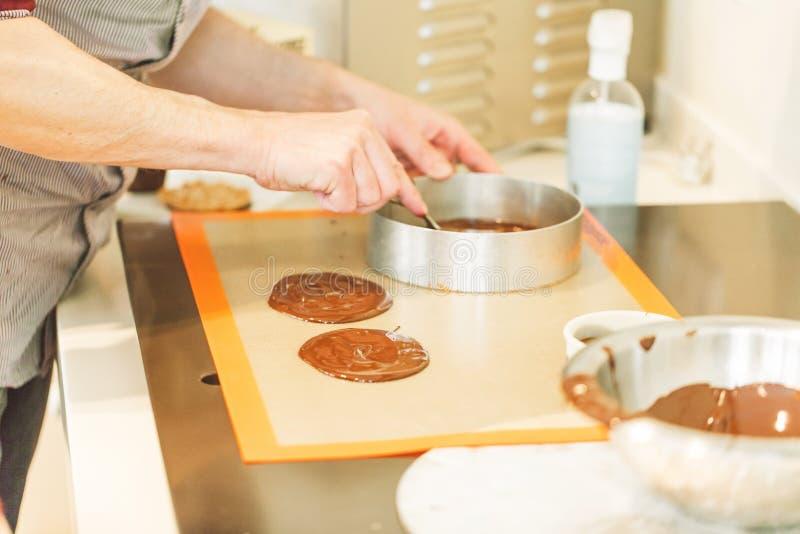 Zoete cakes met bessen op lijstclose-up met kop van espresso royalty-vrije stock afbeelding