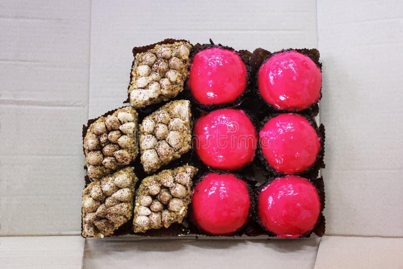 Zoete cakes op de lijst stock foto's
