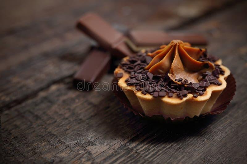 Zoete chocolade cupcake met room Zoet dessert stock afbeelding