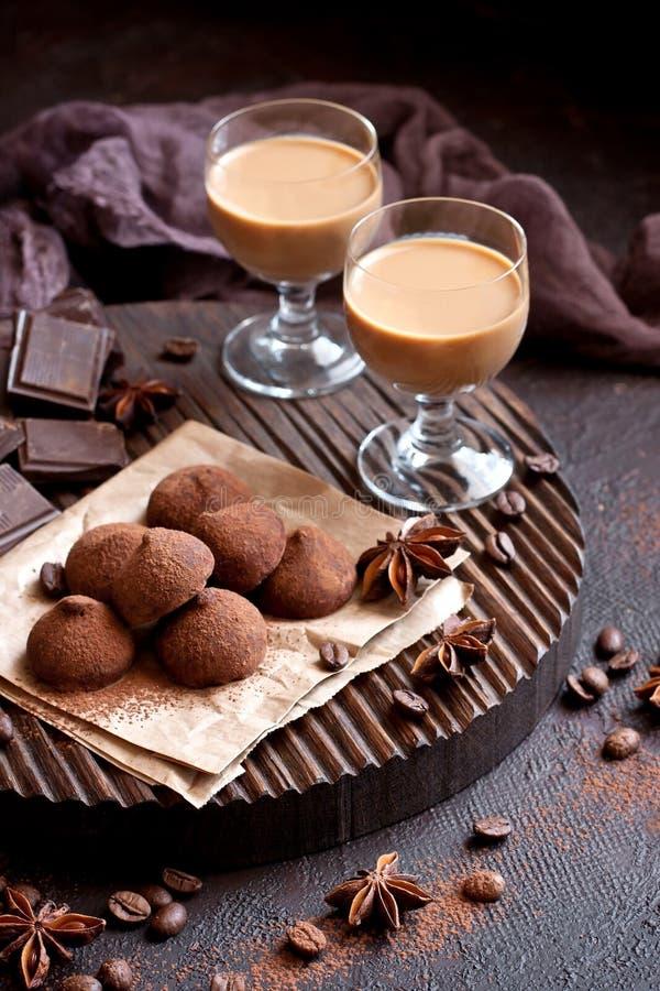 Zoete chocoladesuikergoed met likeur in glas, dessertlijst stock foto's