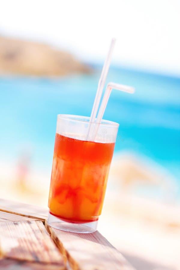 zoete cocktail op het strand, zomer - dranken, cocktails en viering gestileerd concept royalty-vrije stock afbeelding