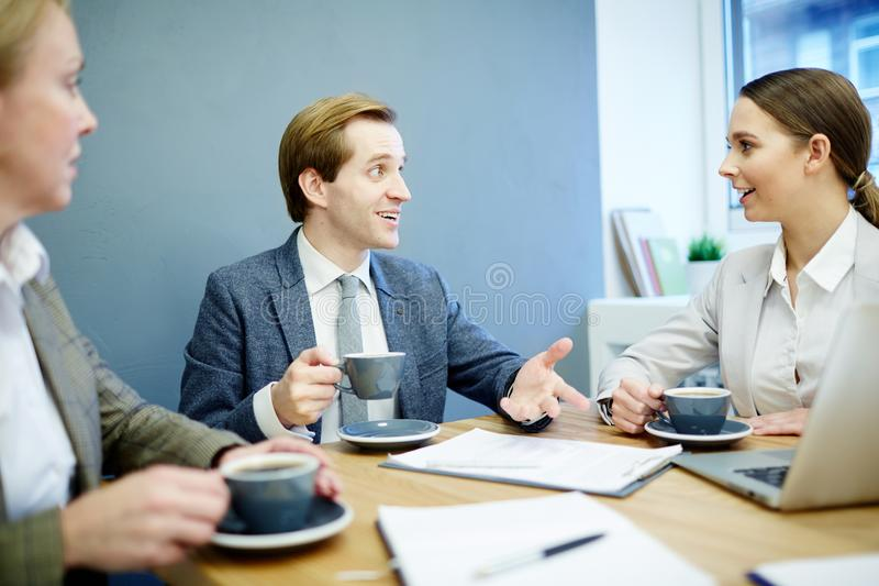 Zoete croissant en een kop van koffie op de achtergrond royalty-vrije stock fotografie