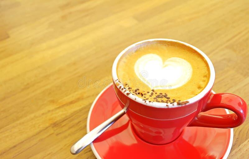 Zoete croissant en een kop van koffie op de achtergrond stock afbeeldingen