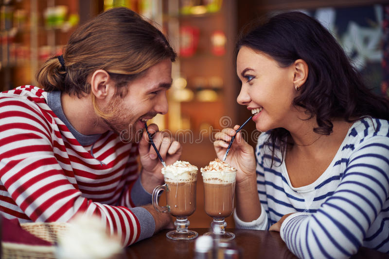 Zoete croissant en een kop van koffie op de achtergrond stock fotografie