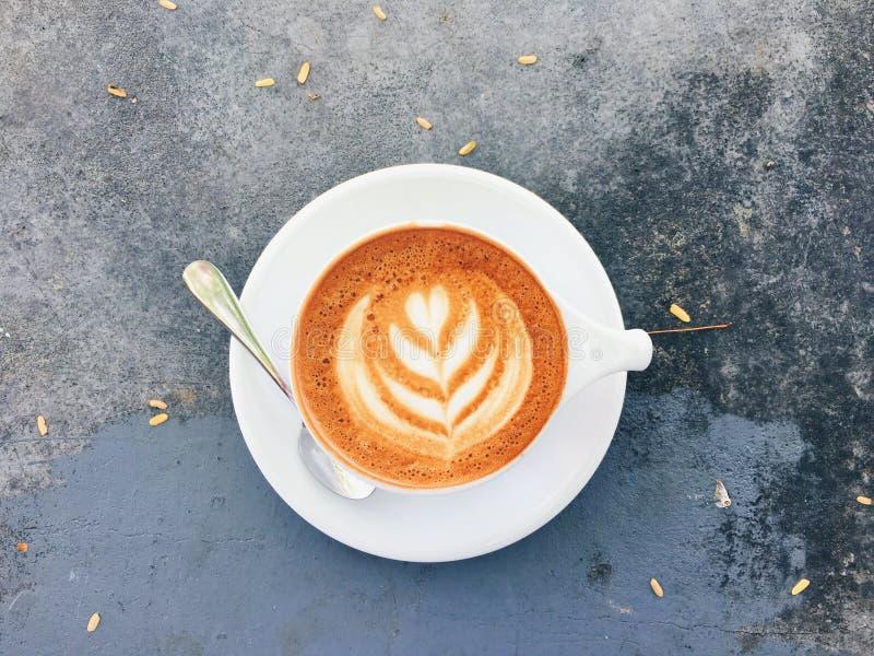 Zoete croissant en een kop van koffie op de achtergrond royalty-vrije stock foto