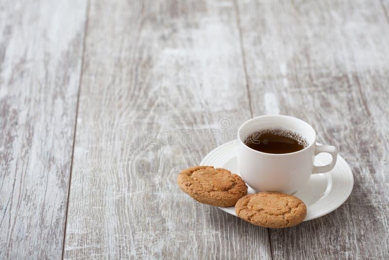 Zoete croissant en een kop van koffie op de achtergrond Koffie met snack royalty-vrije stock afbeelding