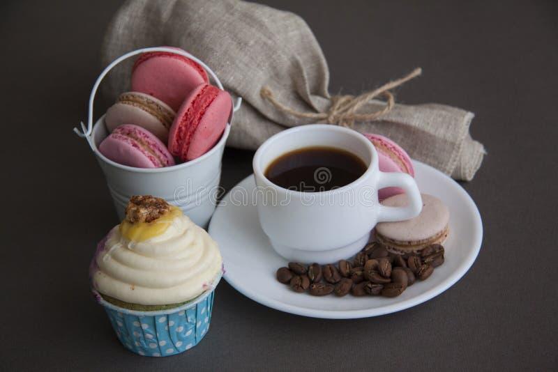 Zoete cupcake, macarons en espresso stock fotografie