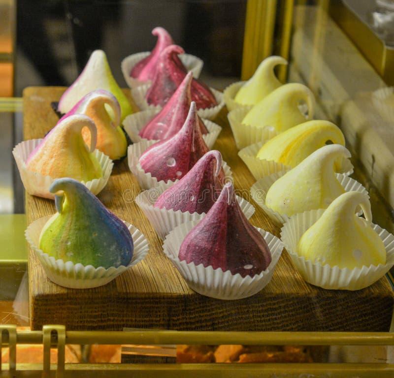 Zoete cupcake met buitensporige kleuren stock fotografie