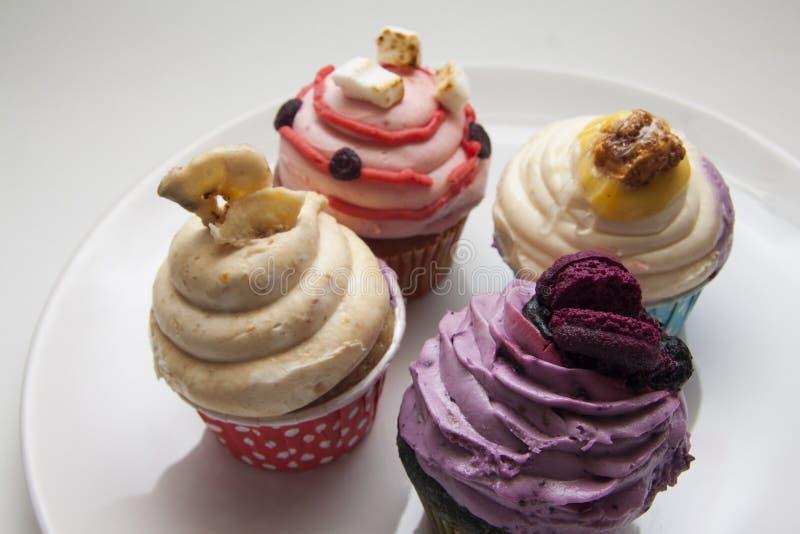 Zoete cupcakes en macarons close-up op wit royalty-vrije stock fotografie