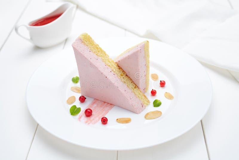 Zoete dessert van de fruit het purpere soufflé met saus en bessengebakje stock foto's
