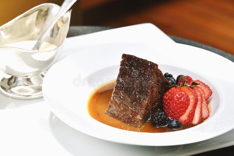Zoete dessertbovenkant met bessen, Broodpudding met aardbei, banaan, framboos, bosbes, braambes en passievrucht stock afbeeldingen