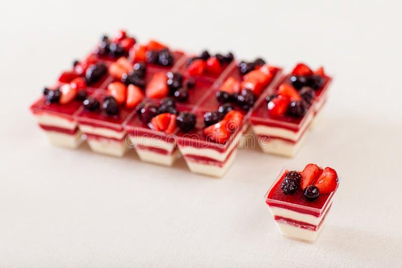 Zoete desserts bij witte lijst stock foto